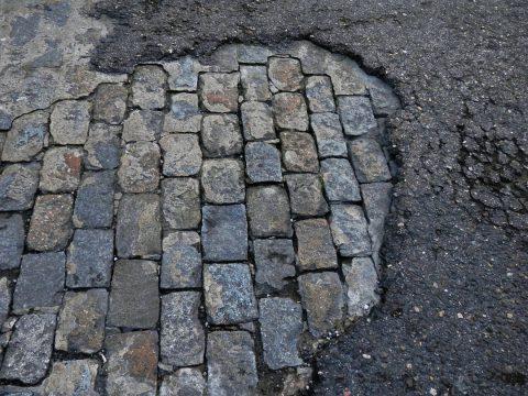 Goudronnage : par une entreprise de travaux publics